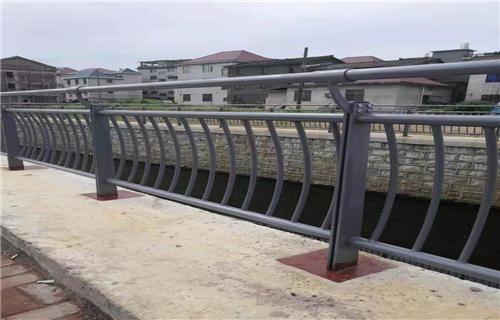 伊犁防撞护栏立柱种类齐全