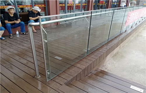 台湾不锈钢复合管防撞护栏现场施工安装