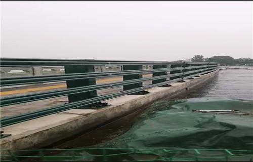 苏州不锈钢复合管防撞护栏现场施工安装